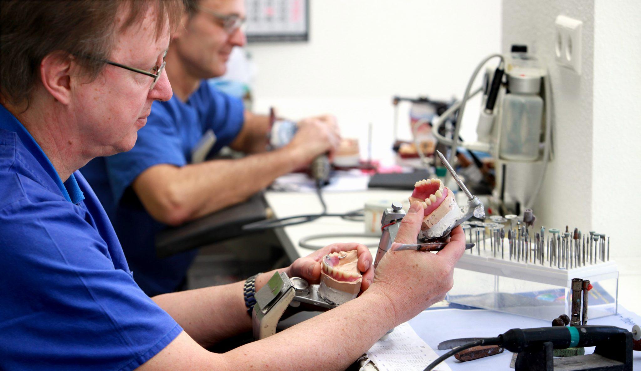 Zahntechniker bei der Arbeit Szene 3 Praxis Zahnarzt Dr. Bals